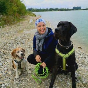 Johanna mit ihren zwei Hunden