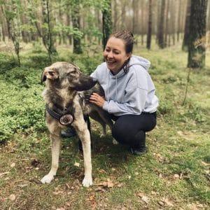 Lisa-Sophia im Wald mit ihrem Hund