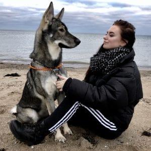 Sherly mit ihrem Hund am Meer